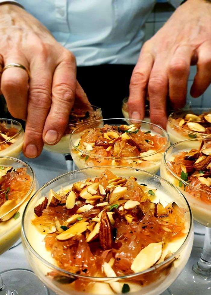 Kock Astrid Olsson förbereder en delikat efterrätt till en fest hos oss på Kroppefjäll Bed & Breakfast, Dals Rostock, Mellerud, Dalsland.
