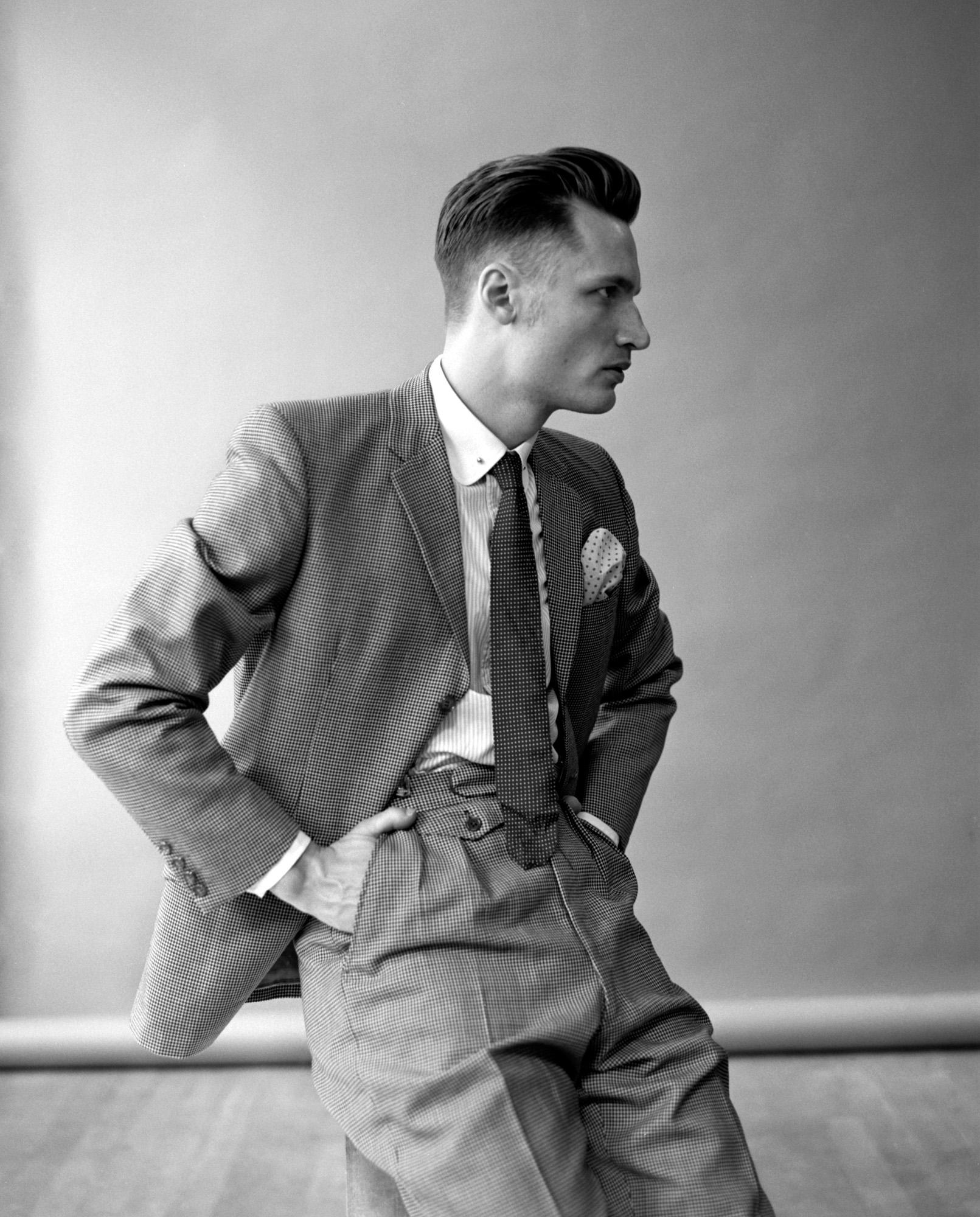 Bror Gunnar Jansson i kostym med händerna i fickorna.